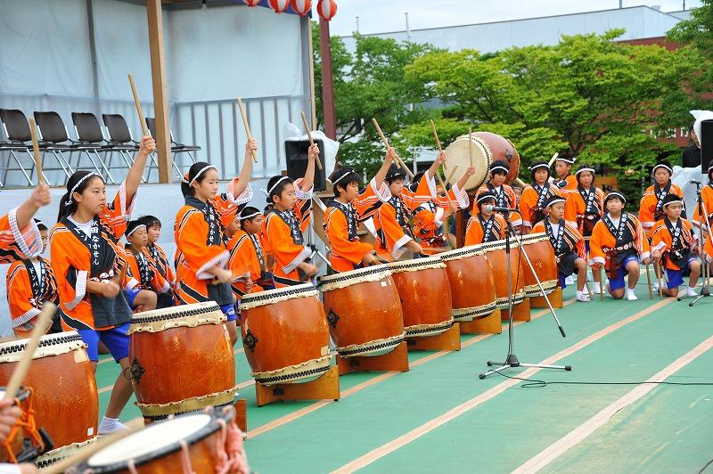 午後2時、清水小学校の「水小太鼓」でドンパン祭りは始まりました。