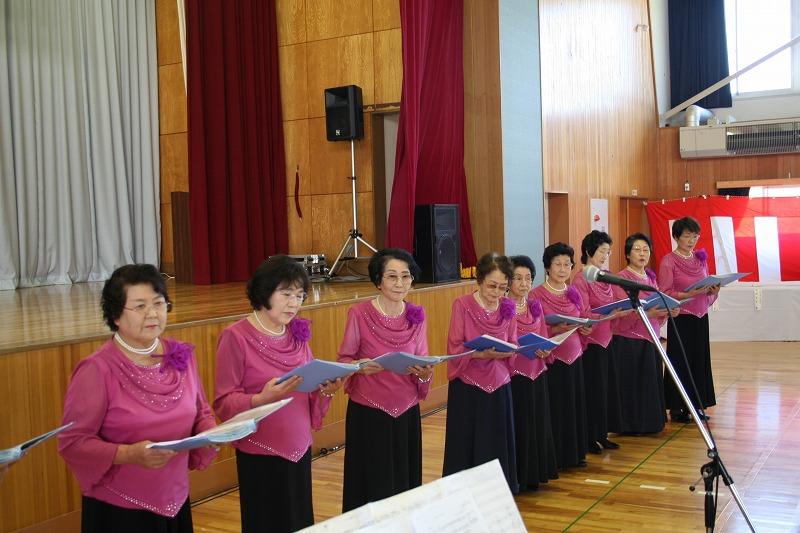 「コーラス虹の会」のきれいな歌声も披露されました。