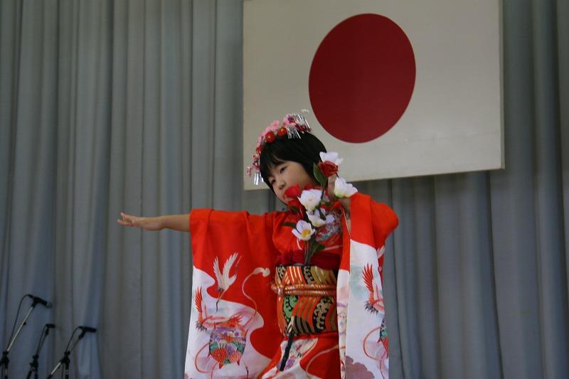 渡辺さん(中仙小3年生)の踊り「雪椿」です。