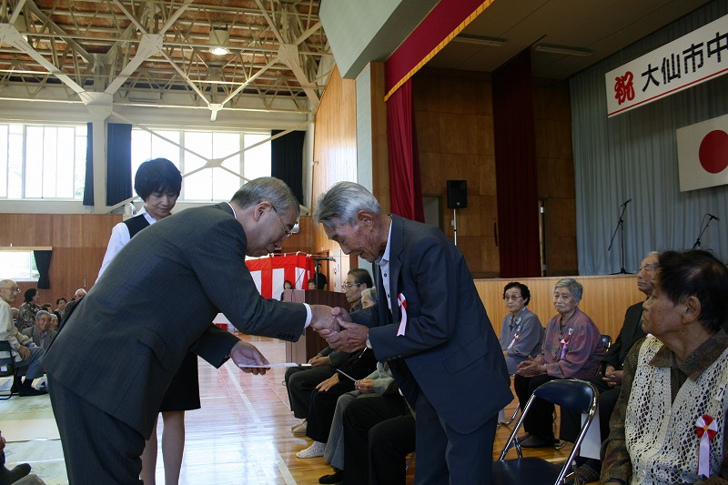 市長から祝い金並びに記念品の贈呈です。