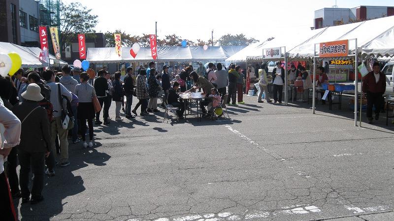 日の丸なべ試食会には長い行列ができました。