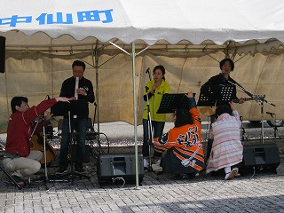 歌謡ショーでは風が強く、スッタッフが譜面台を支えて盛り上げました。