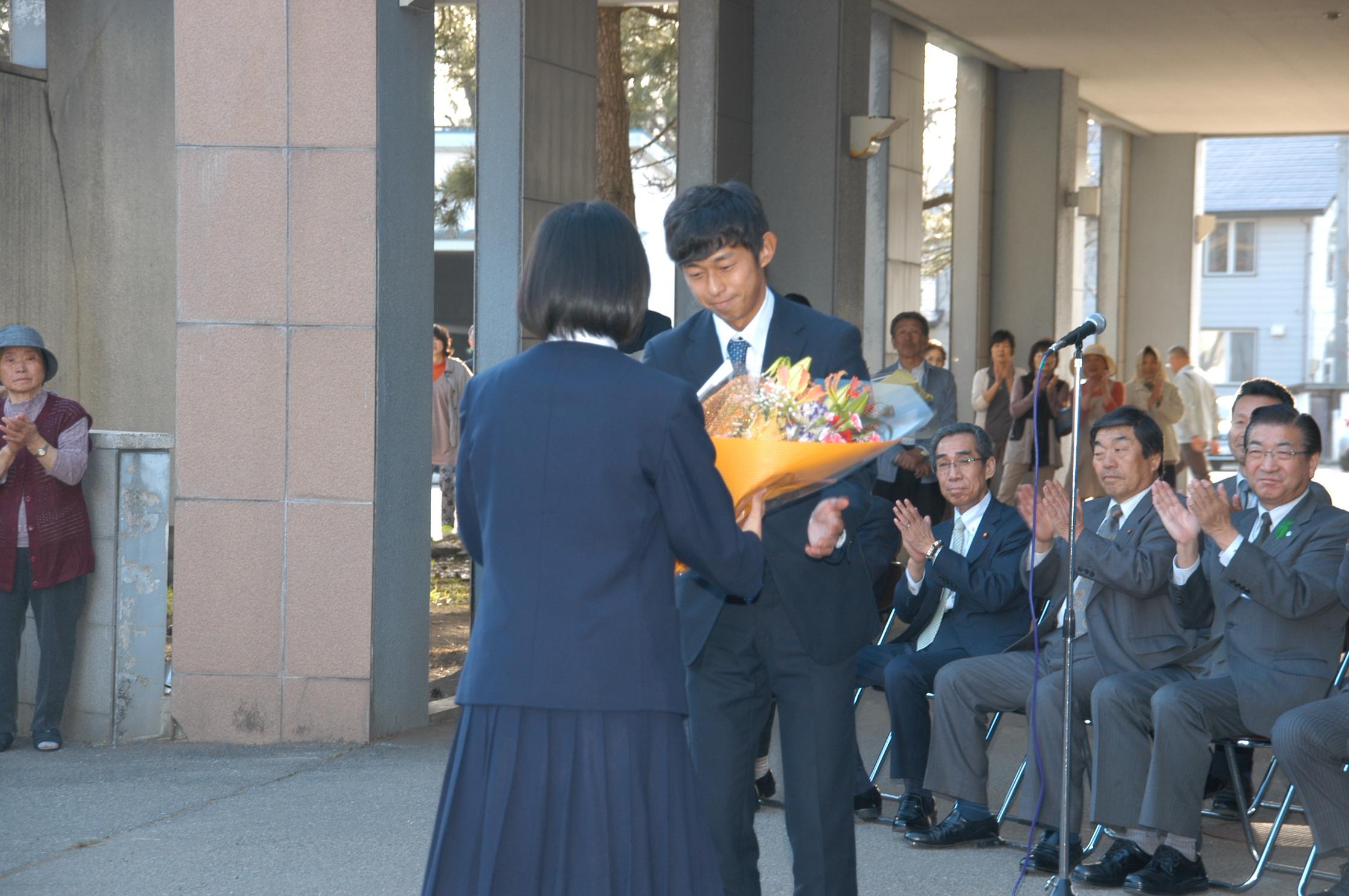 南外中生徒による花束贈呈