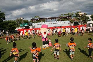 なかせんワイワイらんど3,4,5歳児100名と東保育園3,4,5歳児53名によるちびっこ盆踊り(ドンパン節とサンサン音頭)です。