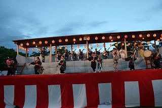 今年公募により結成されたドンパン娘も加わった円満造甚句踊りです。