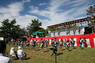 豊川小学校全校児童65人による円満造甚句です。