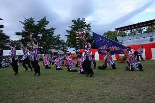 東小泉八幡太鼓と桜秀心舞による競演です。