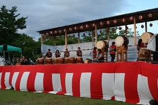 東小泉八幡太鼓による「あ・うん」と「津軽じょんから・秋田荷方節組曲」の迫力ある演奏です。