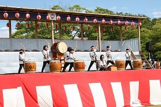 今年は豊栄太鼓でドンパン祭りは始まりました。豊岡小学校120周年を記念し、本校卒業生と一緒に「奥羽の響」を演奏しました。